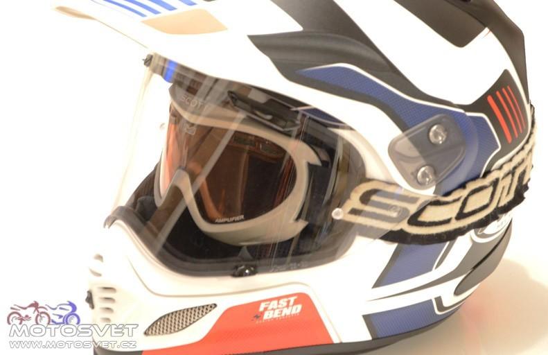 Po povolení bočních plastových šroubků lze kšilt polohovat ve dvou  úrovních. Případně ho lze zcela sundat a helmu provozovat jako sportovní  silniční helmu. cb40213e48